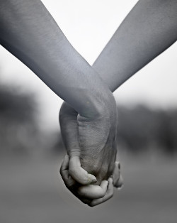 Two people holding hands; Source: https://unsplash.com/photos/yH66cRzpNzQ